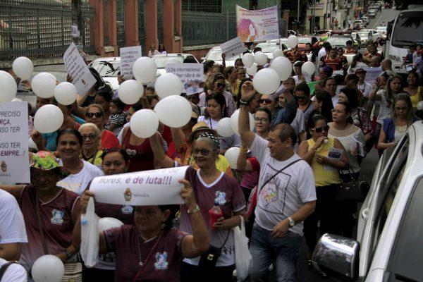 caminhada contra violência contra a mulher