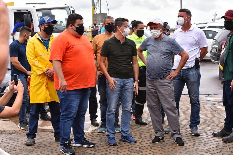 Prefeito David Almeida acompanha serviço de sanitização com secretários, Renato Jr(SEMACC) e Sabá Reis (SEMULSP)   Foto: Dhyeizo Lemos